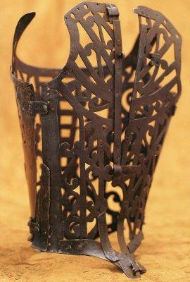 """La palabra corset proviene del antiguo francés """"cors"""" que era un diminutivo de """"cuerpo"""""""