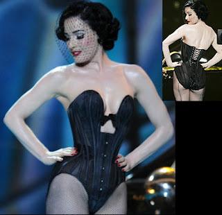 Dita Von Teese, una de las que más adora esta tendencia y ese estilo encorsetado de los 50, modelo ideal para Wonderbra y Jean Paul Gaultier